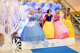 Фото №5 - Звездные семьи на Рождественской ёлке в Смоленском Пассаже