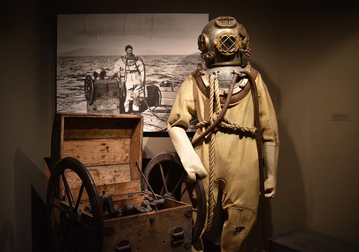 Фото №1 - Как выглядели первые гидрокостюмы (пугающие фото)
