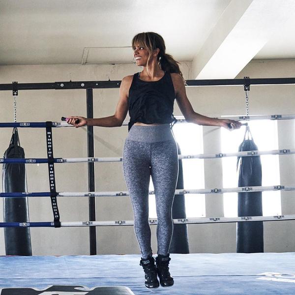 Фото №1 - Лайфхак дня: Холли Берри показала, как использовать сына для тренировки