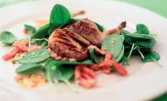 Жареные перепелки с салатом из шпината