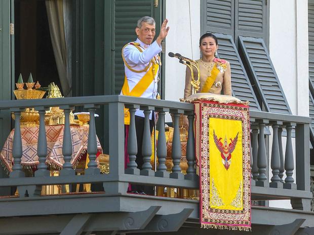 Фото №2 - Король Таиланда простил свою фаворитку и вернул ей все титулы