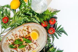 Фото №3 - Щи из крапивы и карпаччо из осьминога: необычные блюда из меню летних веранд