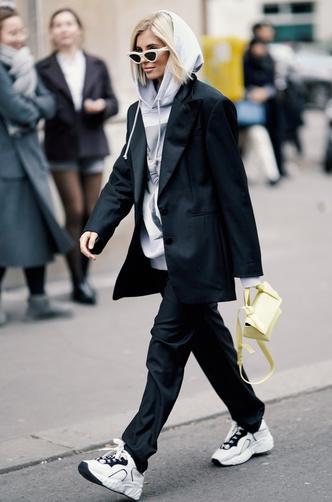 Фото №13 - С чем носить объемное худи: 8 стильных сочетаний с главной вещью года