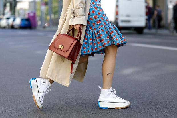 Фото №1 - И в пир, и в мир: топ-20 самых модных кроссовок этой осени