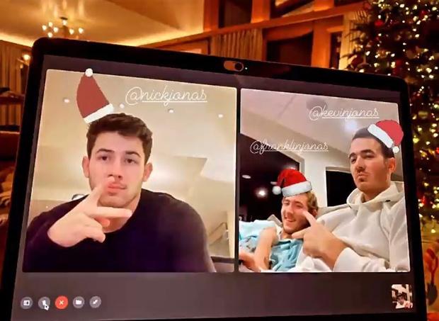 Фото №1 - Соблюдая традиции: Jonas Brothers объединились на Рождество 🎶