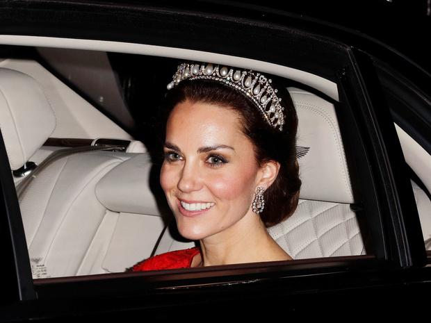 Фото №6 - Диадемы для герцогини: все знаковые выходы Кейт в тиарах