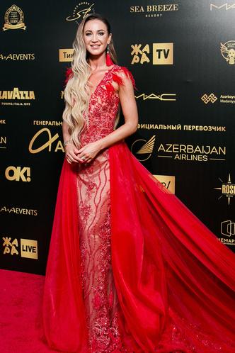 Фото №3 - Валерия удалила лишнее, Бузова вдохновилась собой: как звезды исправили свои модные ошибки на фестивале «Жара»