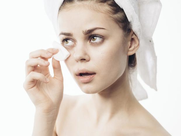 Фото №3 - Почему на самом деле нельзя спать с макияжем на лице (и что делать, если это произошло)