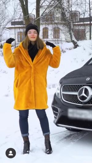 Фото №8 - Как Саша Спилберг: повторяем зимние образы известного блогера ❄️