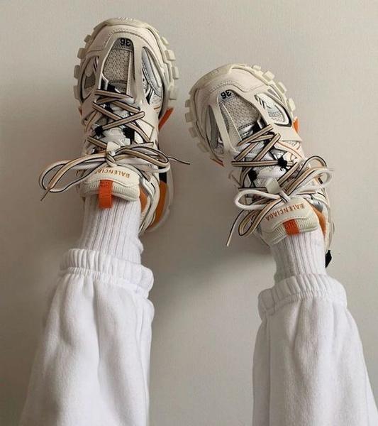Фото №1 - Как разносить кроссовки: 5 самых проверенных способов