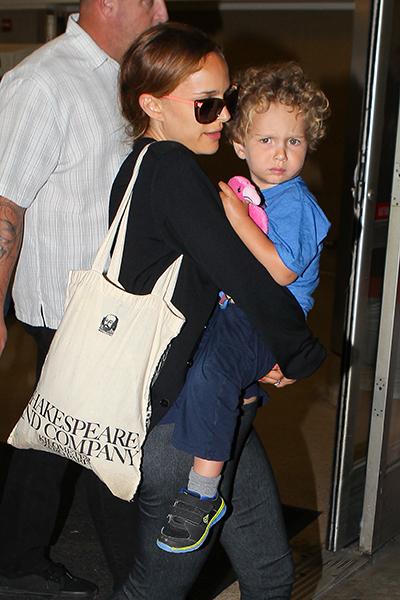 Фото №2 - Стиль звезд: Натали Портман с сыном в аэропорту