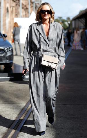 Фото №2 - Как одеваться в серое с головы до ног (и не выглядеть скучно)