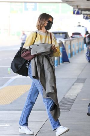 Фото №1 - Одеться как модель: миссия выполнима. Джинсы Levi's, свитер с принтом и белые кеды, как у Кайи Гербер