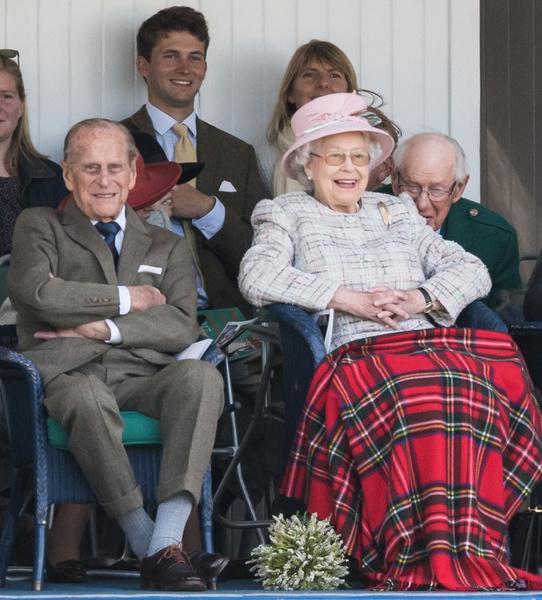 Фото №1 - Ах, озорник! Пикантная шутка 98-летнего принца Филиппа заставила покраснеть Елизавету II