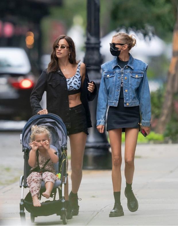 Фото №1 - Яркий купальник + идеальный пресс + черная джинсовка: Ирина Шейк не прощается с летом в Нью-Йорке