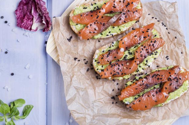 Фото №1 - Тост с пастой из авокадо и лососем