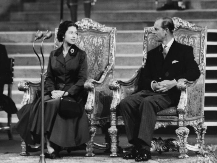 Фото №3 - История одного фото: как Королева и принц Филипп отмечали 10-ю годовщину свадьбы