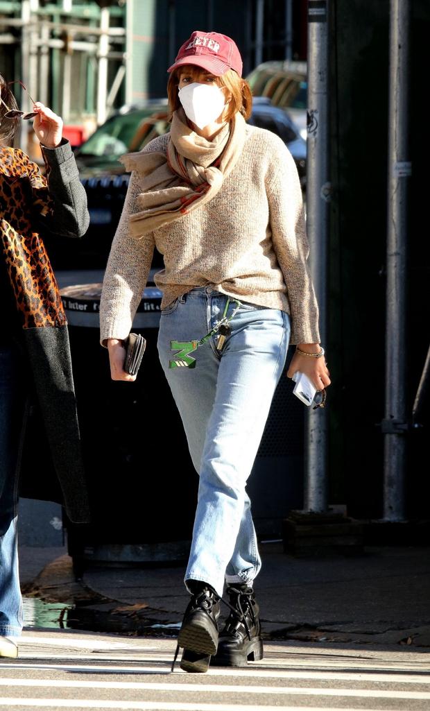 Фото №1 - Дочь Умы Турман — Майя Хоук — показывает, что брелок с ключами — неожиданный модный аксессуар сезона