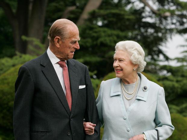 Фото №1 - Дорогой презент: любимое украшение Королевы, которое напоминает ей о принце Филиппе