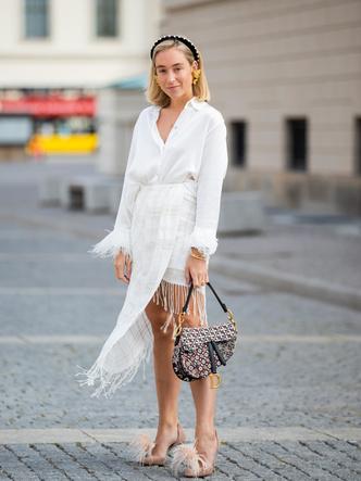 Стильный образ для невысоких девушек. Аутфиты для низких девушек 2021. Ассиметричная юбка.
