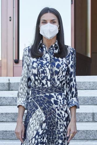 Фото №2 - Хищная красота: королева Летиция повторила свой выход в шелковом комплекте Victoria's Beckham