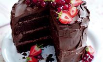 Шоколадный торт с клубникой и красной смородиной