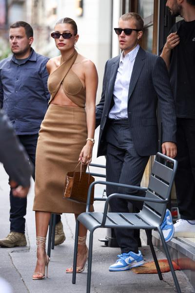 Фото №1 - Это надо видеть! Джастин и Хейли Бибер встретились с президентом Франции