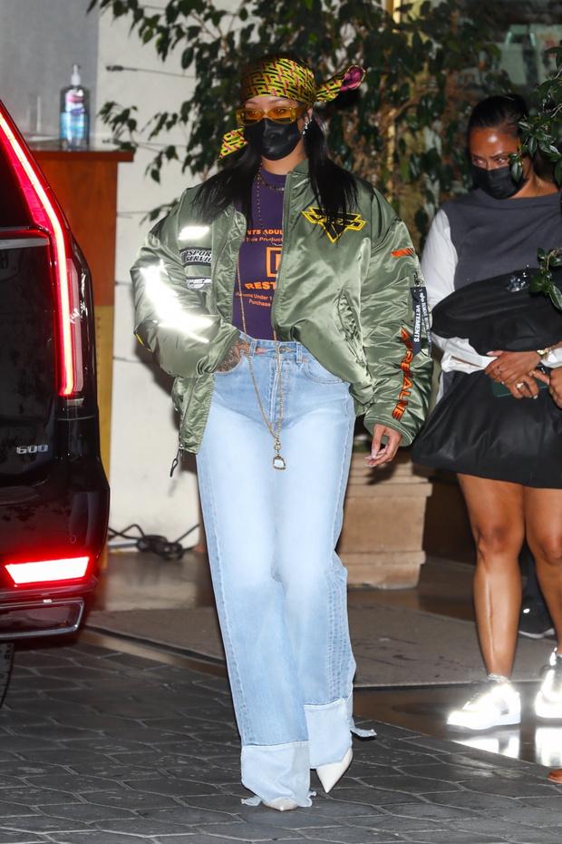Фото №1 - Рианна напоминает о том, как выглядят самые модные джинсы сезона весна-лето 2021