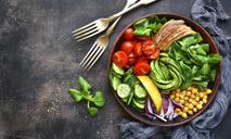 Легкий салат из кукурузы и авокадо