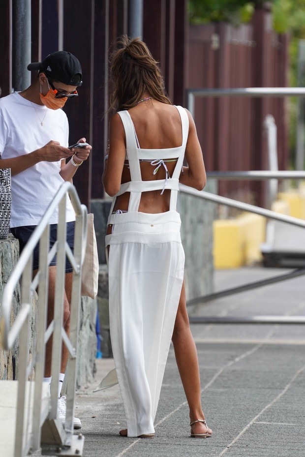Фото №3 - Пляжный образ, достойный невесты: Изабель Гулар в белом платье-фартуке