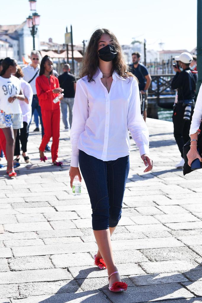 Фото №1 - Пока подружки носят кроп-топы, она выбирает белоснежную рубашку: Дева Кассель— умница-дочка Венсана Касселя и Моники Беллуччи в Венеции