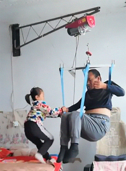 Фото №1 - 6-летняя девочка в одиночку ухаживает за отцом-паралитиком