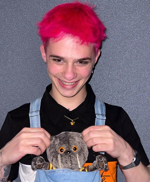 Фото №2 - Розовый туман: Олег Романенко опубликовал фото с интригующим цветом волос