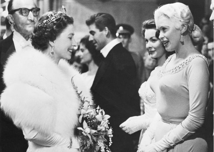 Фото №4 - Как звезды одевались на встречи с Королевой: от гламура Мэрилин Монро до латекса Леди Гаги