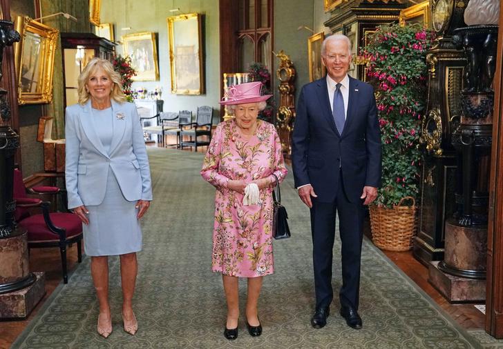Фото №2 - Исторический момент: почему Королева не надела тиару на встречу с Джо Байденом