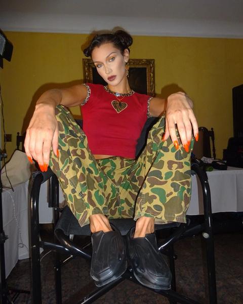 Фото №2 - Огненный маникюр: Белла Хадид показала самые яркие осенние ногти ️🔥