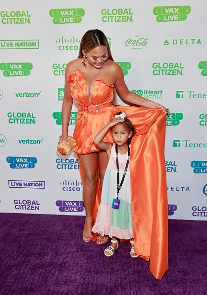 Фото №2 - Фея хурмы: топ-модель Крисси Тейген в шелковом оранжевом мини-платье с очень длинным шлейфом