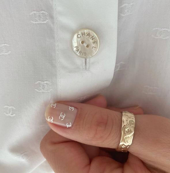 Фото №5 - Логомания вернулась: этой осенью снова украшаем ногти логотипами любимых брендов