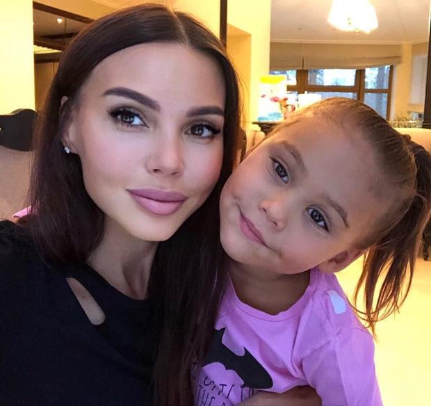 Фото №1 - Оксану Самойлову снова критикуют за неумение средней дочери себя вести