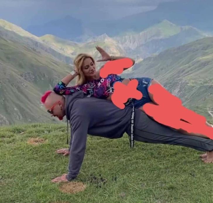 Фото №1 - Дагестанцы заставили парня извиняться за «откровенные» фотографии на фоне гор