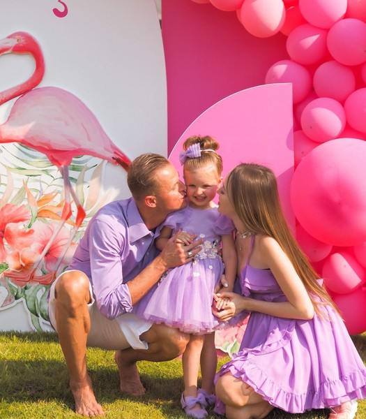 Фото №1 - Фламинго, ванна, Миа Бойка: Тарасов и Костенко закатили грандиозную вечеринку на трехлетие дочери