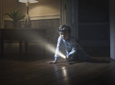 Ребенок с фонариком