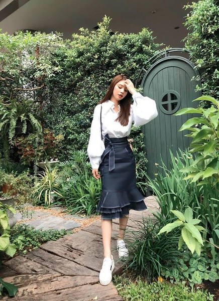 Фото №1 - С чем носить джинсовую юбку миди: 10 модных идей