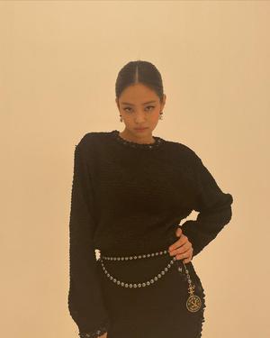 Фото №3 - Черное платье и золотые босоножки: элегантный образ на выпускной от Дженни из BLACKPINK