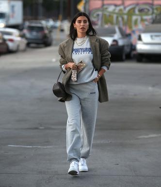 Фото №2 - Самая популярная одежда 2020-го + объемный пиджак: модное сочетание, которое стоит взять на вооружение