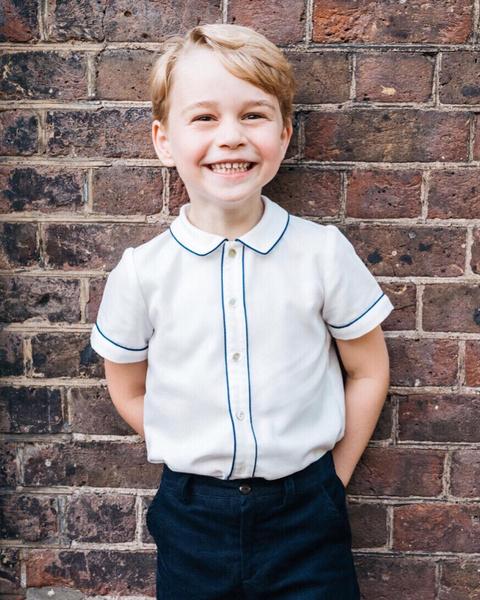 Фото №1 - Копия Уильяма: Миддлтон показала принца Джорджа в день его рождения