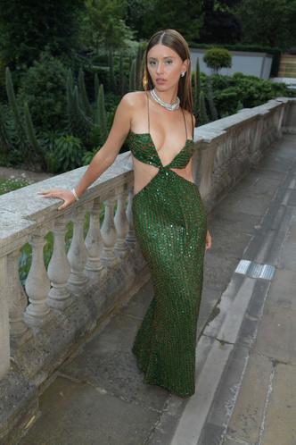Фото №2 - Сногсшибательная Айрис Лоу в платье с Х-образными вырезами