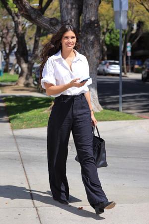 Фото №3 - Что надеть в офис этим летом? Сара Сампайо выбирает строгие льняные брюки
