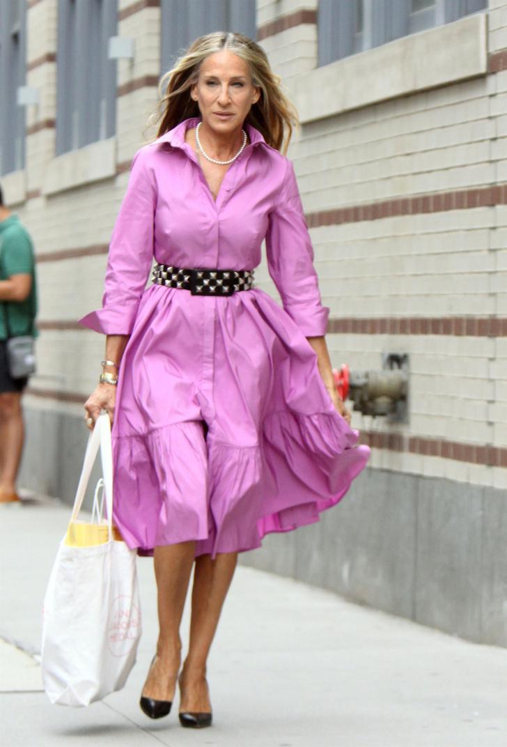 Фото №1 - Объемное платье-рубашка, как у Сары Джессики Паркер в новом сезоне «Секса в большом городе»,— идеальный выбор на лето
