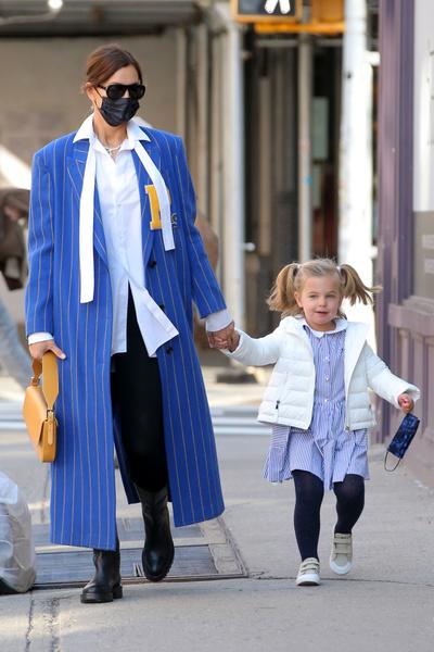 Фото №2 - Ирина Шейк с дочкой примерили самый модный family look грядущего лета